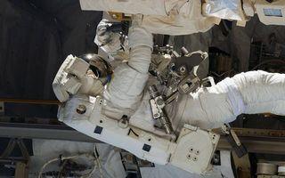 Фото бесплатно открытый космос, космонавт, скафандр, инструменты, оборудование, ремонт