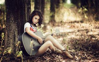 Бесплатные фото девушка,лес,гитара