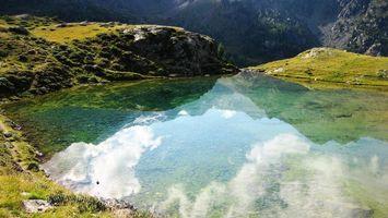 Бесплатные фото озеро,прозрачная вода,камни,трава,горы