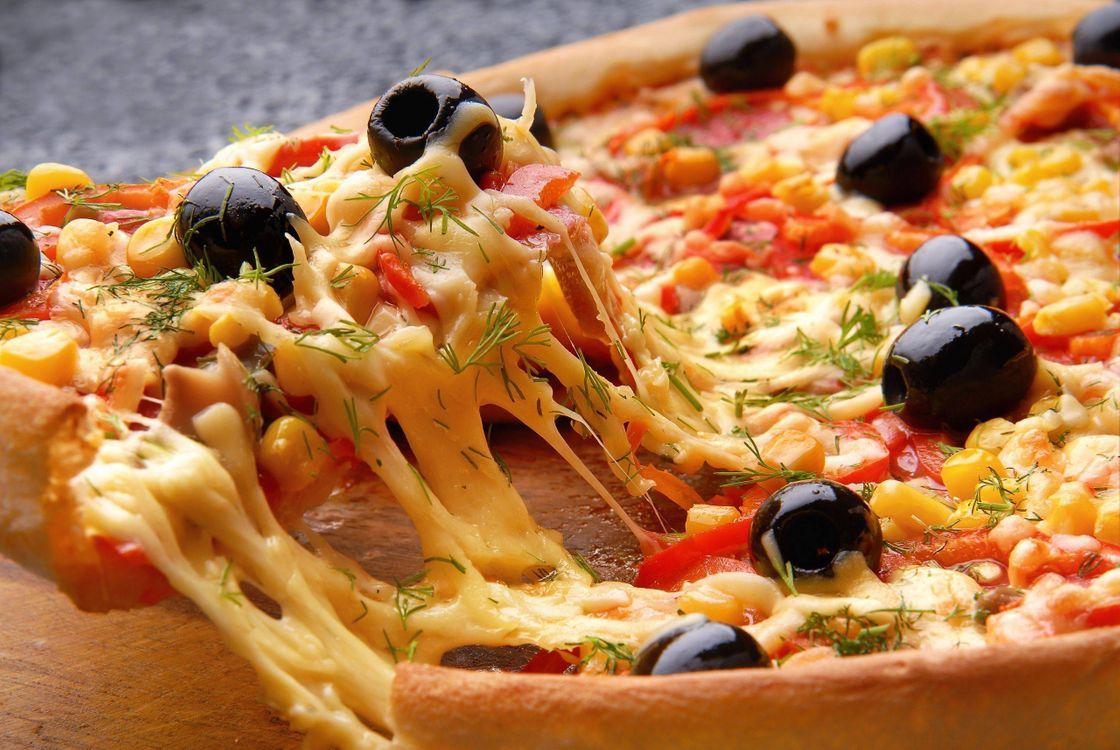 Фото бесплатно пицца с сыром, оливки, укроп - на рабочий стол