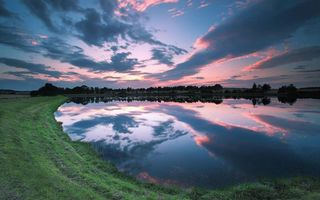 Фото бесплатно вечер, озеро, гладь, отражение, берег, трава, деревья, небо, закат, облака