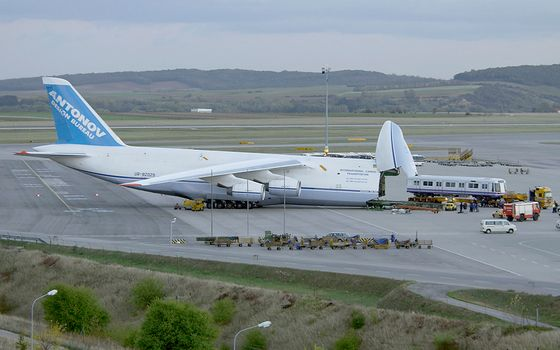 Photo free airfield, cargo plane, loading