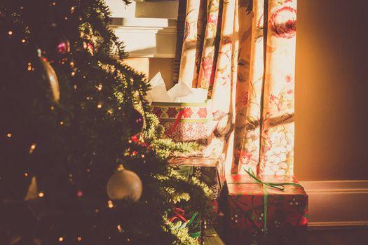 Заставки елка возле окна, подарки, игрушки
