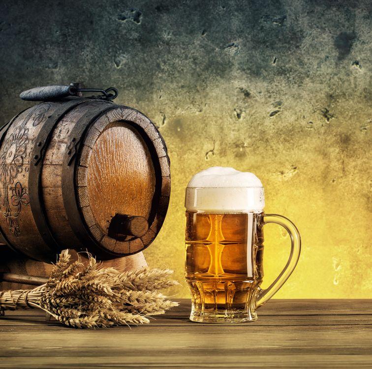 Фото бесплатно кружка, пиво, бочка, колосья, напиток, напитки