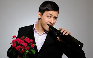Бесплатные фото парень,костюм,букет,цветы,бутылка,вино