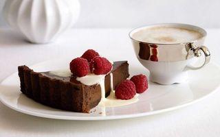 Фото бесплатно завтак, тарелка, чашка, кофе, чизкейк, ягода, малина, сгущенка