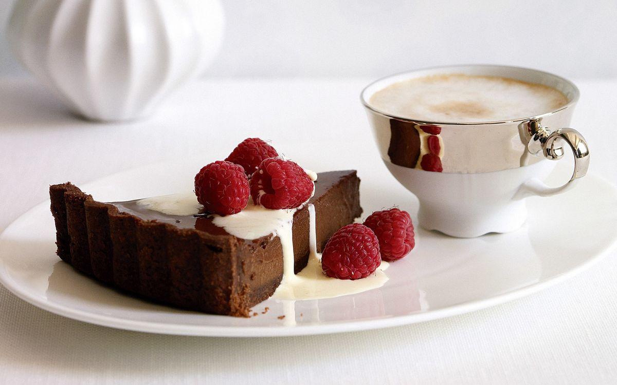 Фото бесплатно завтак, тарелка, чашка, кофе, чизкейк, ягода, малина, сгущенка, еда