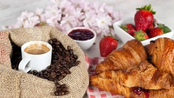 Фото бесплатно круасаны, джем, ягода, клубника, чашка, кофе, зерна