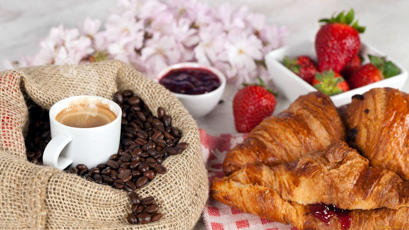Фото бесплатно круасаны, джем, ягода, клубника, чашка, кофе, зерна, еда - скачать на рабочий стол