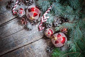 Бесплатные фото Новогодние игрушки и шишки,шары,игрушки,ветки,доски,шишки,снег