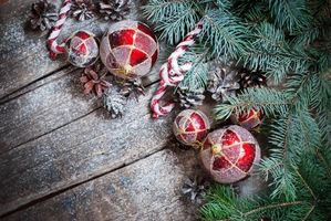 Фото бесплатно Новогодние игрушки и шишки, шары, игрушки