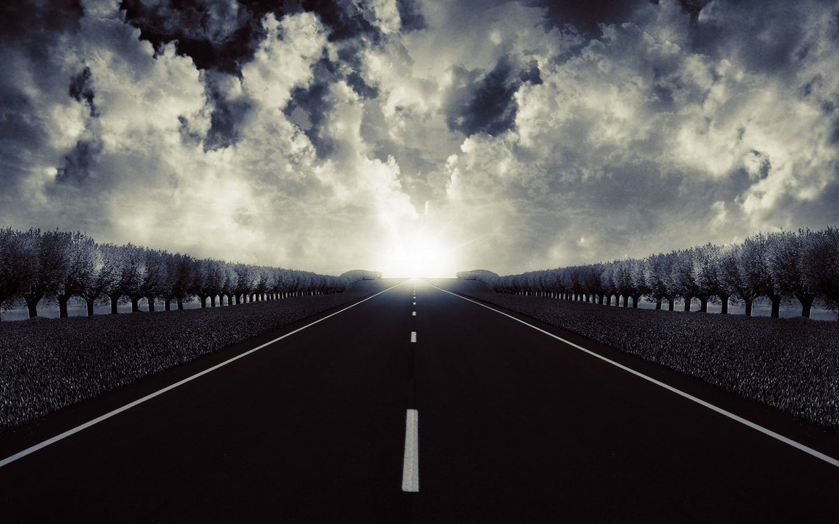 Фото бесплатно дорога, асфальт, разметка, обочина, деревья, трава, горизонт, солнце, облака, черно-белое, пейзажи