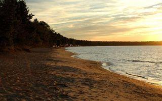Бесплатные фото вечер,озеро,берег,лес,деревья,домики,небо