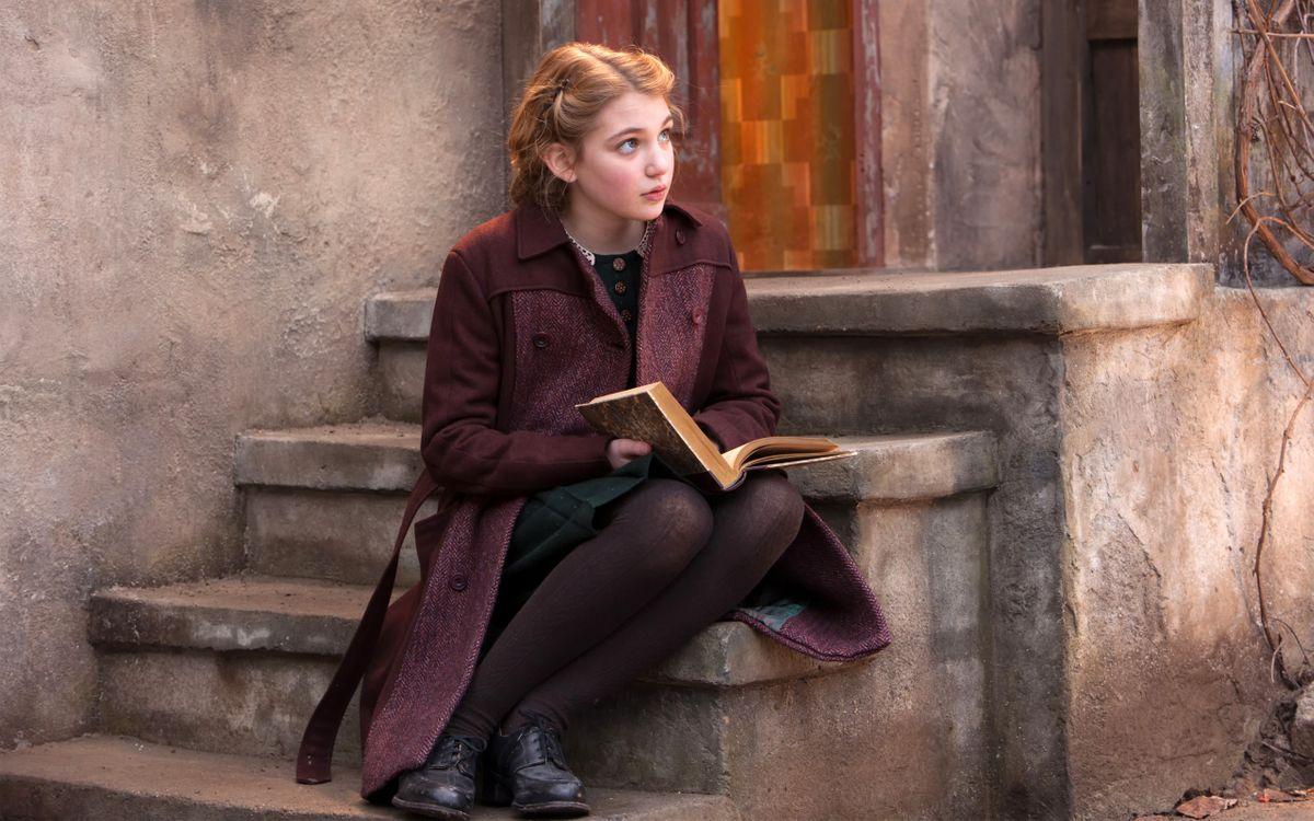 Фото бесплатно блондинка, ступеньки, книга - на рабочий стол