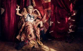 Бесплатные фото девушка, блондинка, платье, кресло, сапоги, штора