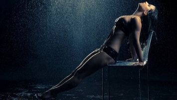Бесплатные фото девушка,дождь,капли,вода,стул,брызги,брюнетка
