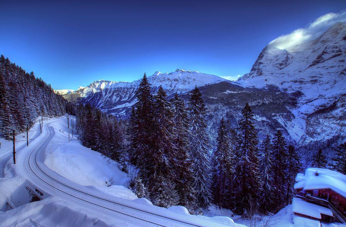 Фото бесплатно дорога, лес, деревья, снег, зима, дом, горы, небо, пейзажи, пейзажи