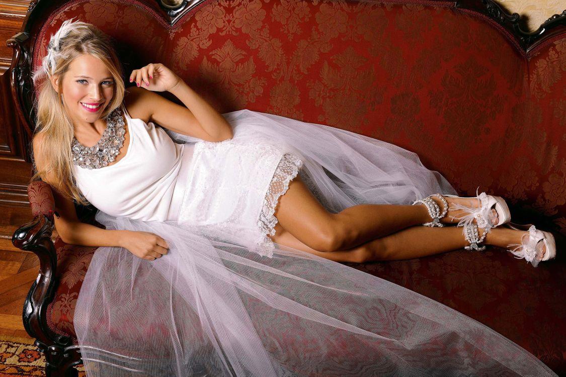 Фото бесплатно невеста, блондинка, свадебное, платье, белое, фата, диван, девушки, девушки