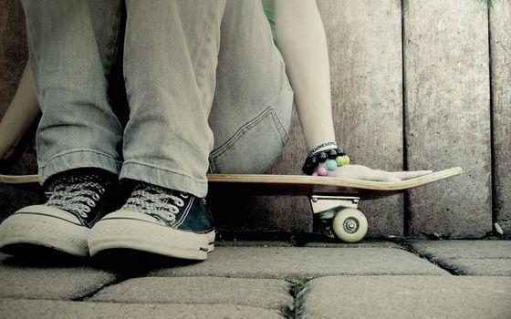 Бесплатные фото скейт,доска,колеса,кеды,джинсы,бусы,браслеты,разное