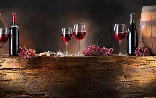 Фото бесплатно вино, бокалы, бутылка, бочка, дерево, стол, виноград, штопор, пробки, напитки