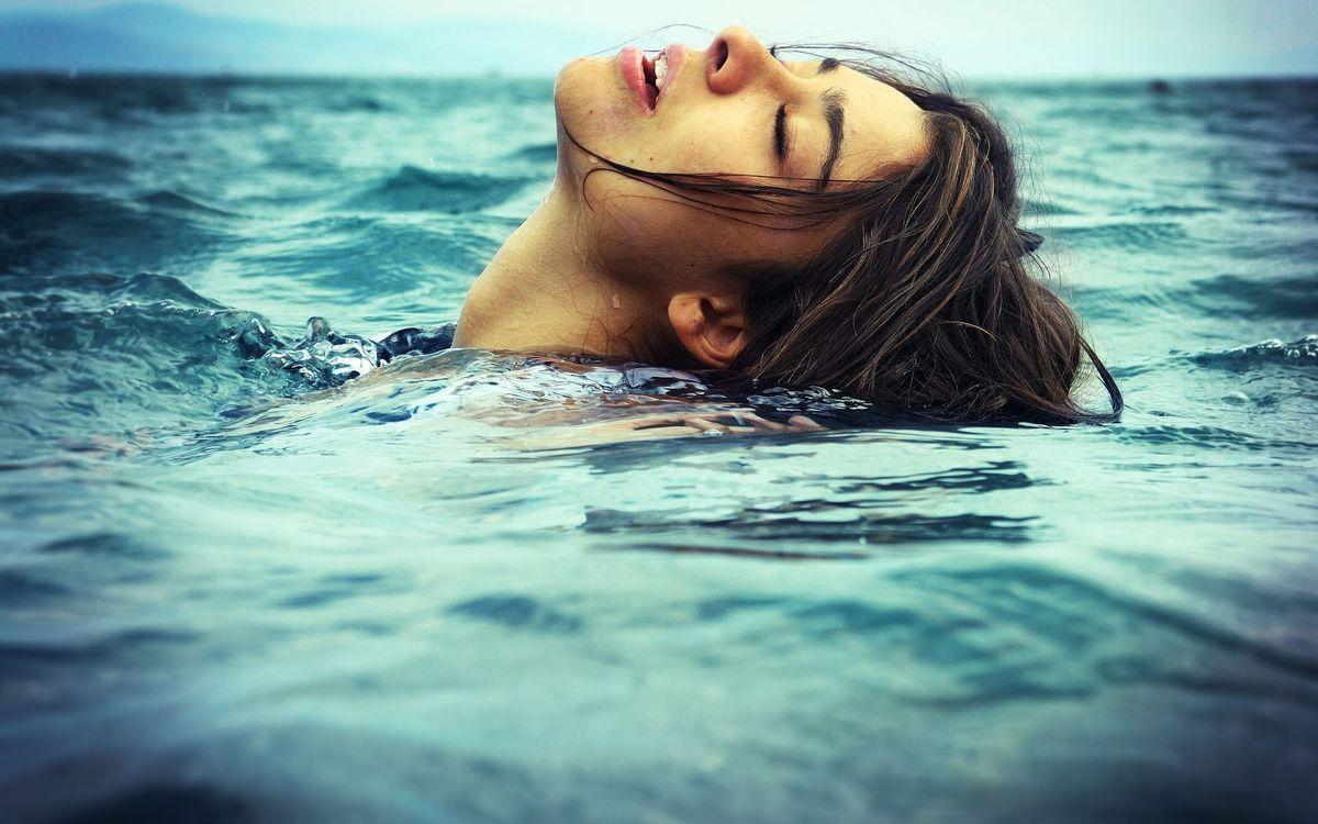 Фото бесплатно девушка, море, наслаждение, глаза, закрыты, волосы, девушки, девушки