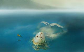 Бесплатные фото девушка,вода,река,плавание,листья,листопад,волосы