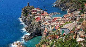 Обои дома, улицы, горы, скалы, море, океан, вода, волны, яхты, город