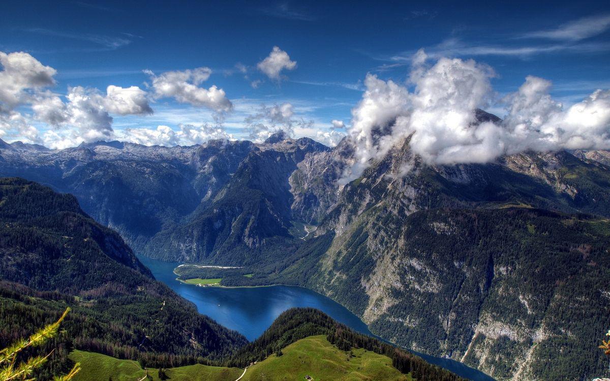 Обои горы, скалы, камни, тучи, облака, деревья, елки, лес, река, вода, высота, зелень, природа, пейзажи на телефон | картинки пейзажи