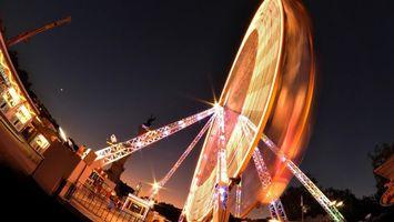 Фото бесплатно колесо обозрения, атракцион, небо, ночь, фото, свет, огни, забор, город, праздники