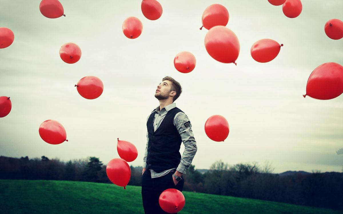 Фото бесплатно шары, человек, воздух, небо, трава, газон, взгляд, мужчины, мужчины