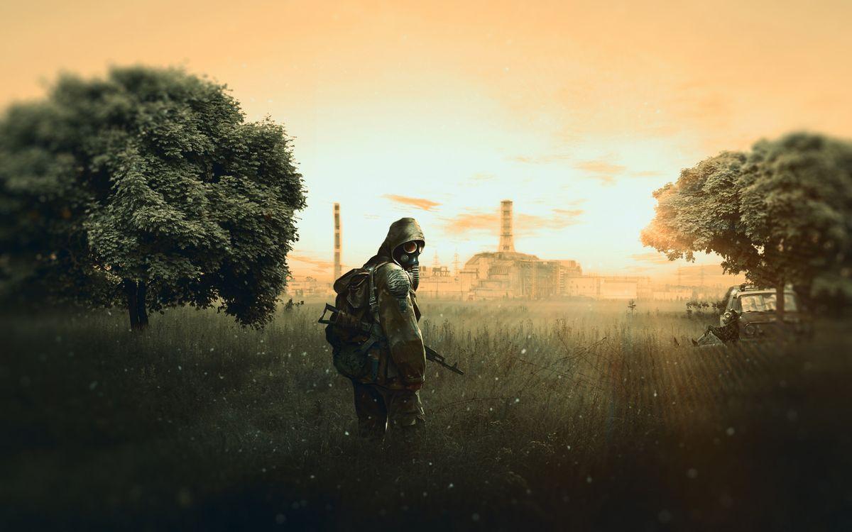 Фото бесплатно stalker: shadow of chernobyl, сталкер с автоматом акс-47, чернобыльская аэс, деревья, зона отчуждения, машина, игры, игры