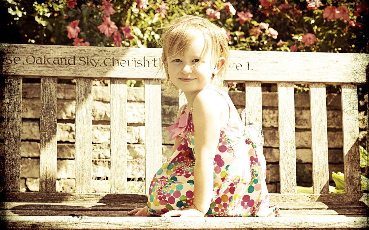 Фото бесплатно девочка, ребенок, скамейка, фото, платье, улыбка, надпись, парк, лавочка, фон, деревья, настроения, разное, разное