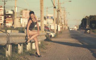 Бесплатные фото девушка, трасса, дорога, машины, ограждение, брюнетка, шорты