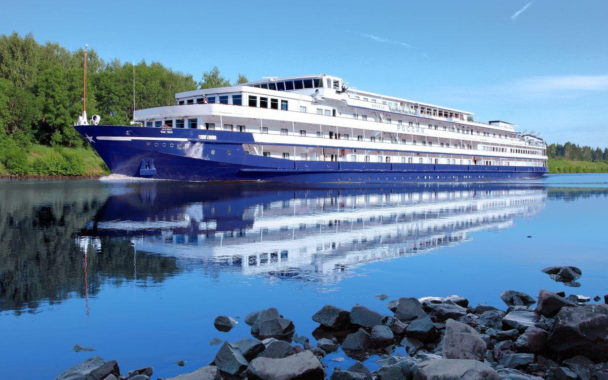 Фото бесплатно корабль, катер, этажи, река, сплав, камни, берег, лес, деревья, небо, лето, природа, корабли