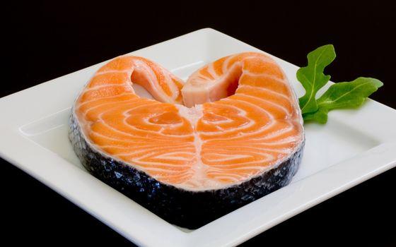 Бесплатные фото рыба,свежая,красная,кусок,лосось,трава,тарелка,стол,квадратная,черный,фон,вкусно