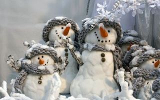 Фото бесплатно снеговики, игрушки, ветки