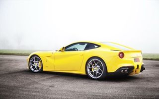 Бесплатные фото ferrari,599 gtb,желтая,асфальт,парковка,стоянка,фото