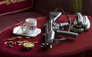 Бесплатные фото автомат калашникова,патроны,магазины,стол,кружка,ствол,приклад