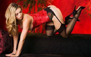 Бесплатные фото блондинка,корсет,красный,белье,попка,ноги,чулки