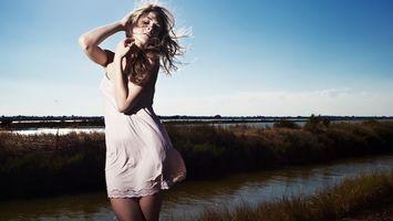 Бесплатные фото девушка, белое, платье, блондинка, волосы, ветер, ручей
