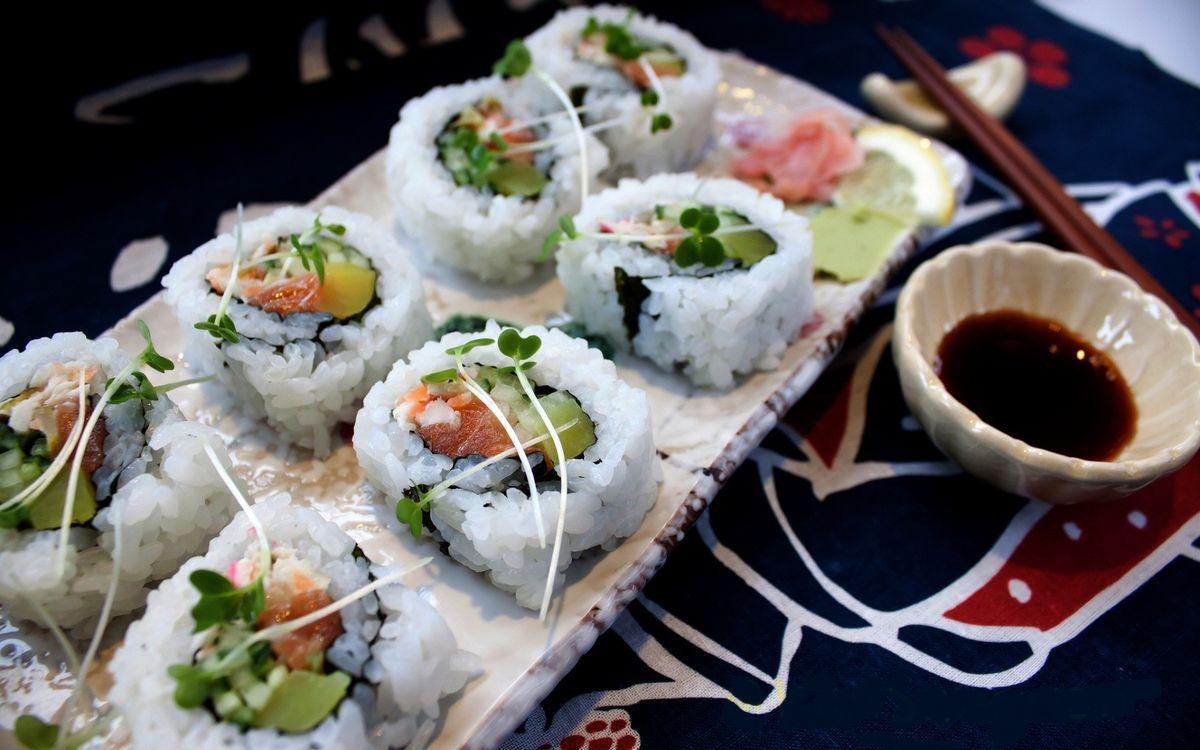 Фото бесплатно роллы, рис, палочки, соус, рыба, обед, порция, стол, еда, еда