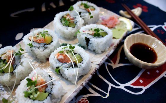 Бесплатные фото роллы,рис,палочки,соус,рыба,обед,порция,стол,еда