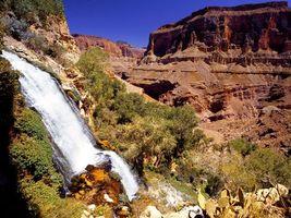 Бесплатные фото водопад,горы,деревья,трава,солнце,природа