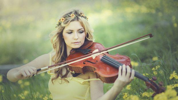 Фото бесплатно девушка, венок, скрипачка, скрипка, смычок, струны, музыка