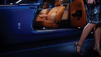 Обои девушка, платье, ноги, босоножки, шпильки, салон, кресла, автомобиль, девушки, машины
