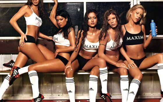 Бесплатные фото девушки,команда,maxim,гольфы,кеды,майки,раздевалка,девушки