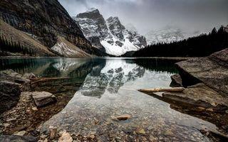 Заставки озеро в горах, снежные горы, туман