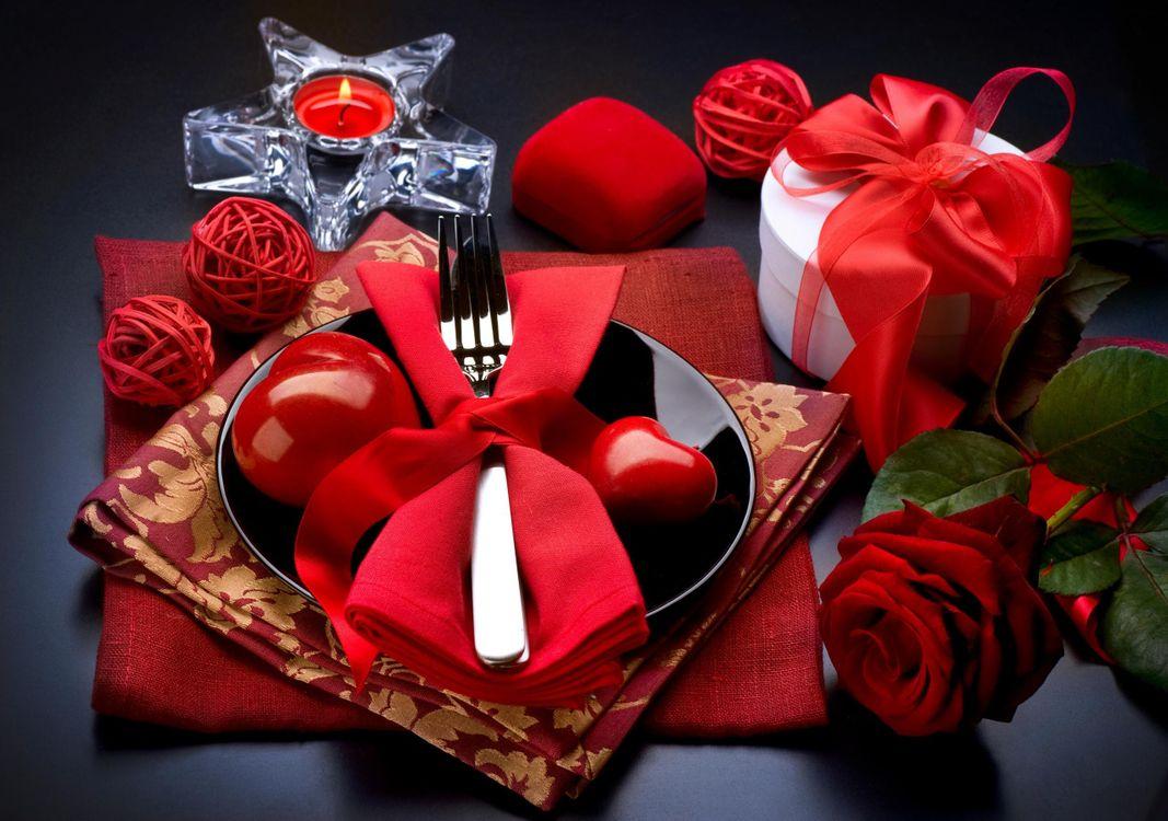 Фото бесплатно сервировка, тарелка, вилка, салфетки, подарок, красный, роза, лепестки, свеча, еда, цветы, цветы