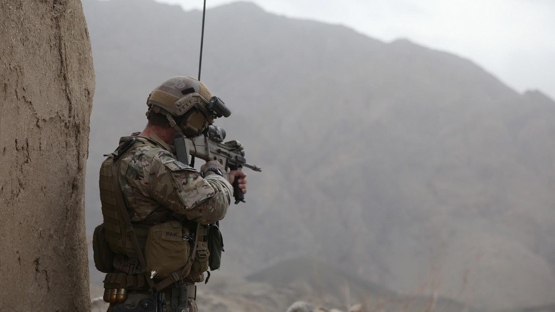 солдат, рация, винтовка