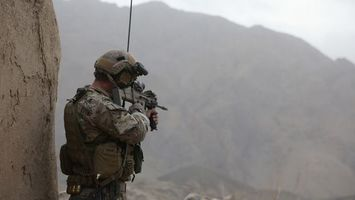 Photo free soldier, walkie-talkie, rifle